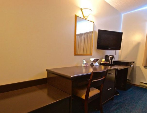 the-polar-inn-and-suites-desk